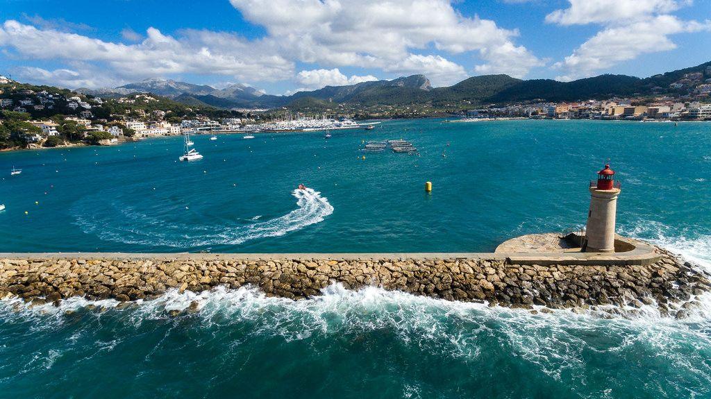 Luftbildaufnahme des Leuchtturms in Puerto de Andraitx, Mallorca