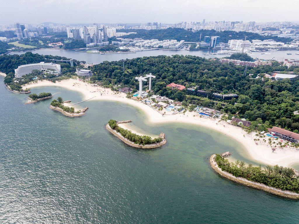 Luftbildaufnahme des Siloso Beach auf Sentosa Island