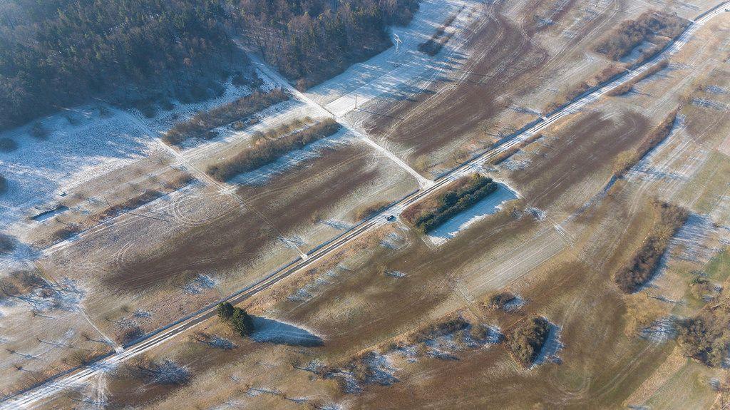 Luftbildaufnahme einer verschneiten ländlichen Straße