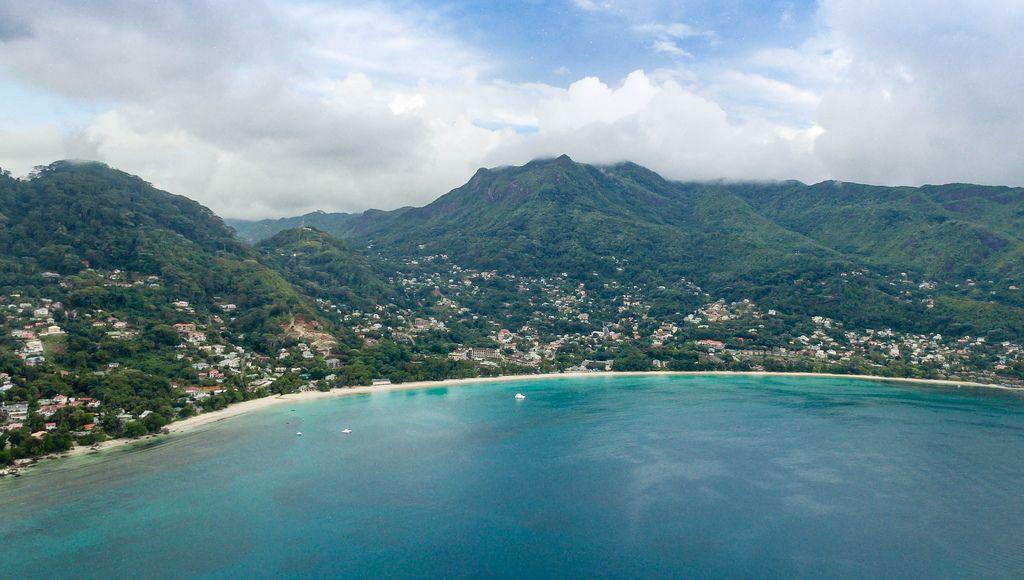 Luftbildaufnahme eines Strandes auf den Seychellen