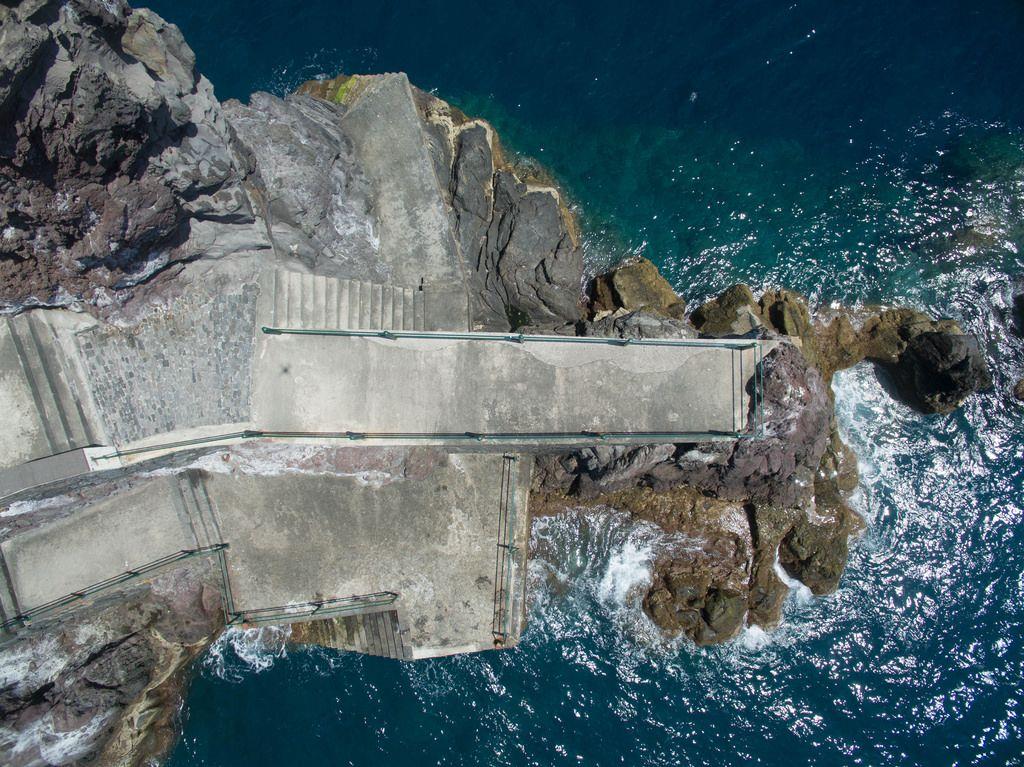 Luftbildaufnahme: Gefährliche Felsen am Wasser in Ponta do Sol auf Madeira