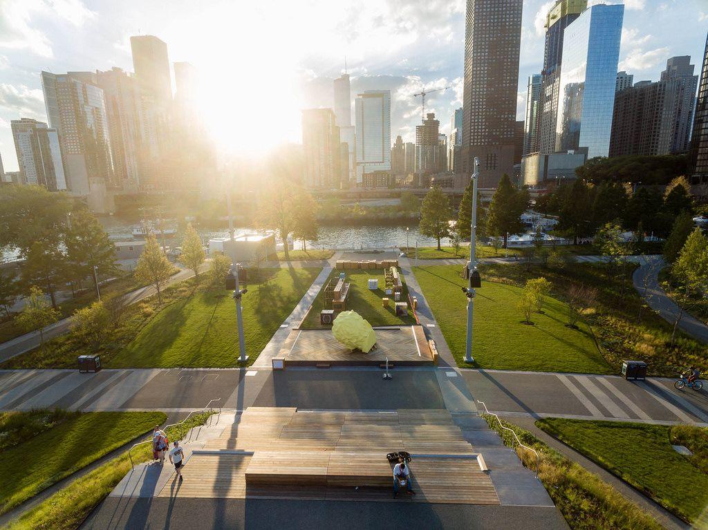 Luftbildaufnahme: Polk Bros Park City Stage, Chicago River und Hochhäuser im Hintergrund