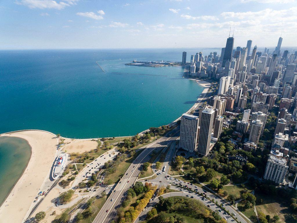 Luftbildaufnahme von North Avenue Beach und Hochhäusern in Chicagos Bezirken Gold Coast und Magnificent Mile