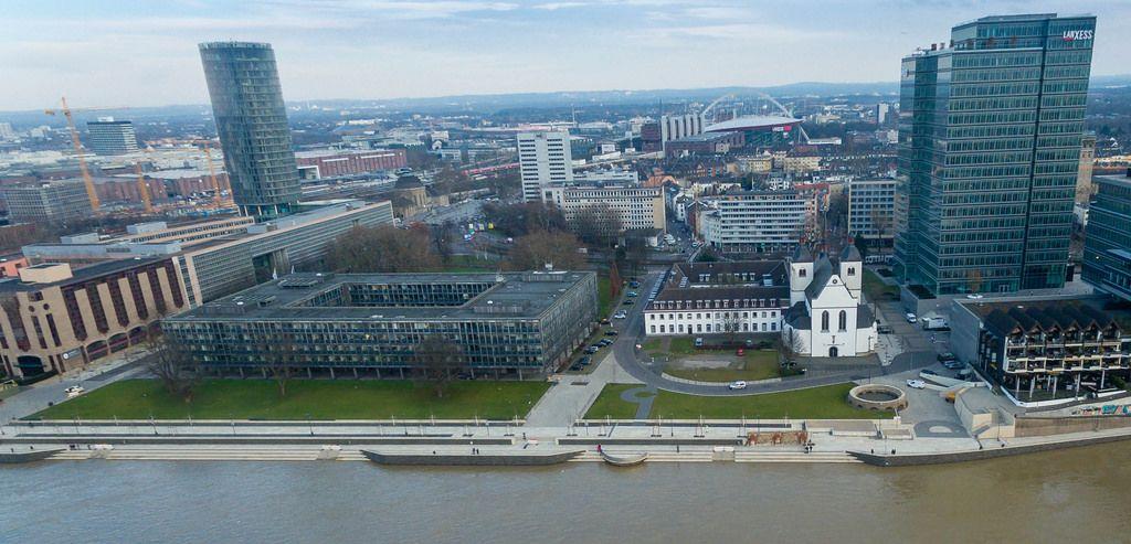 Luftbildaufnahme von überfluteten Uferflächen in Altstadt-Nord, Köln
