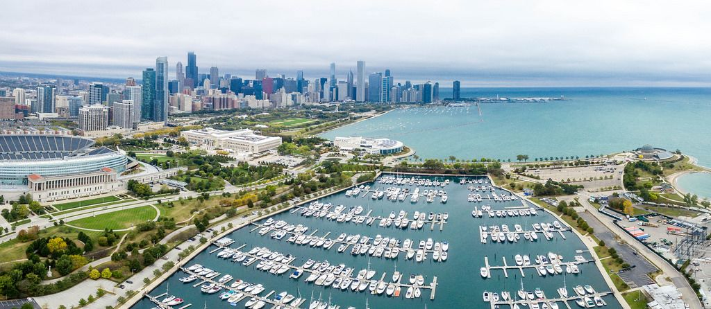 Luftbildpanorama: Soldier Field, The Field Museum, Shedd Aquarium, Marina, Northerly Island und Skyline von Chicago