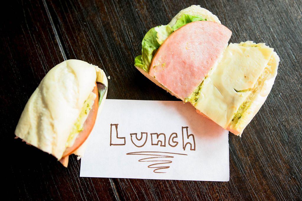 Lunch Aufschrift neben einem Sandwich