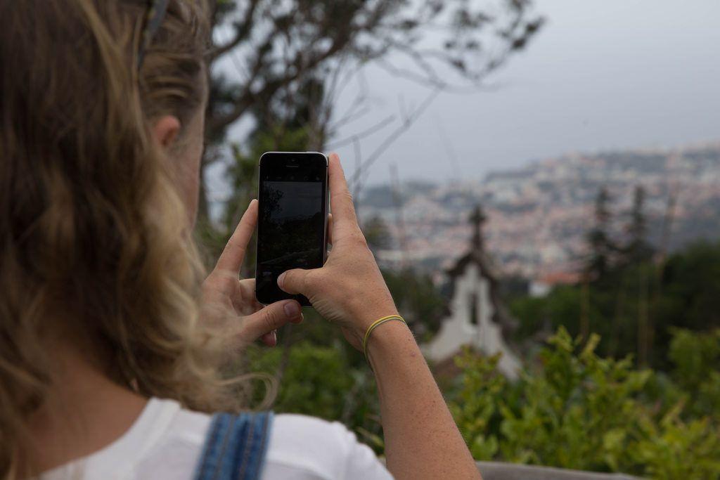 Mädchen fotografieren mit ihrem Handy, Madeira
