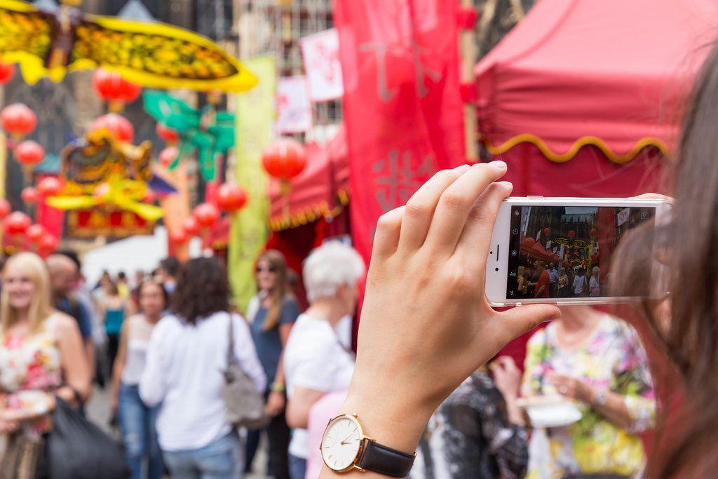 Mädchen fotografiert das Treiben beim Chinafest, Köln