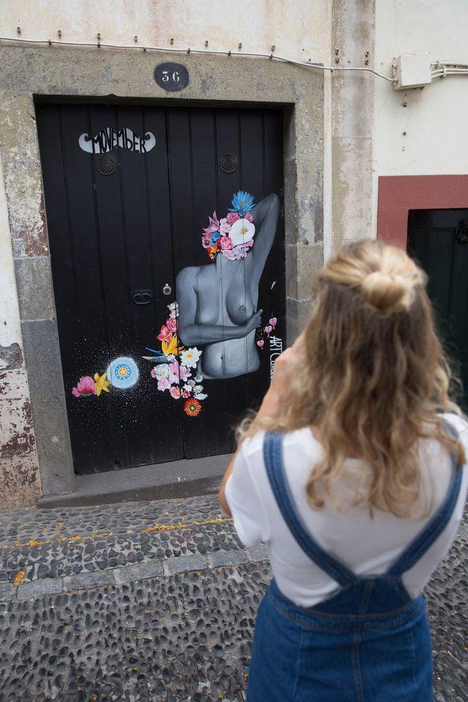 Mädchen fotografiert interessante Straßenkunst auf Madeira