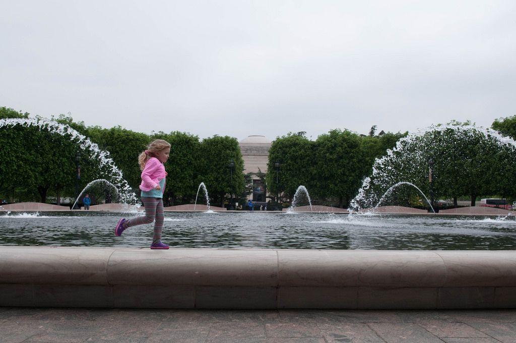 Mädchen läuft um den Springbrunnen, USA