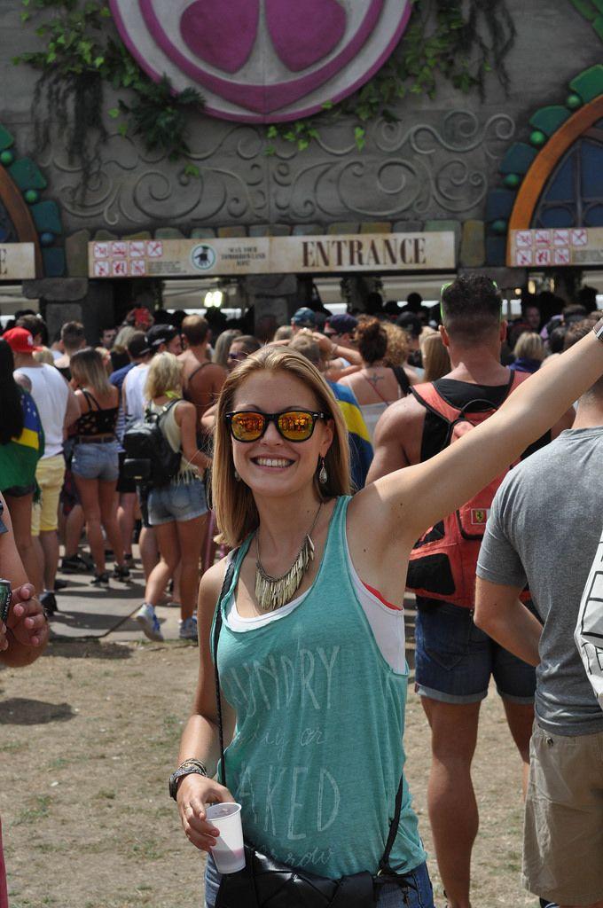 Mädchen mit Sonnenbrille posiert für die Kamera - Musikfestival Tomorrowland 2014