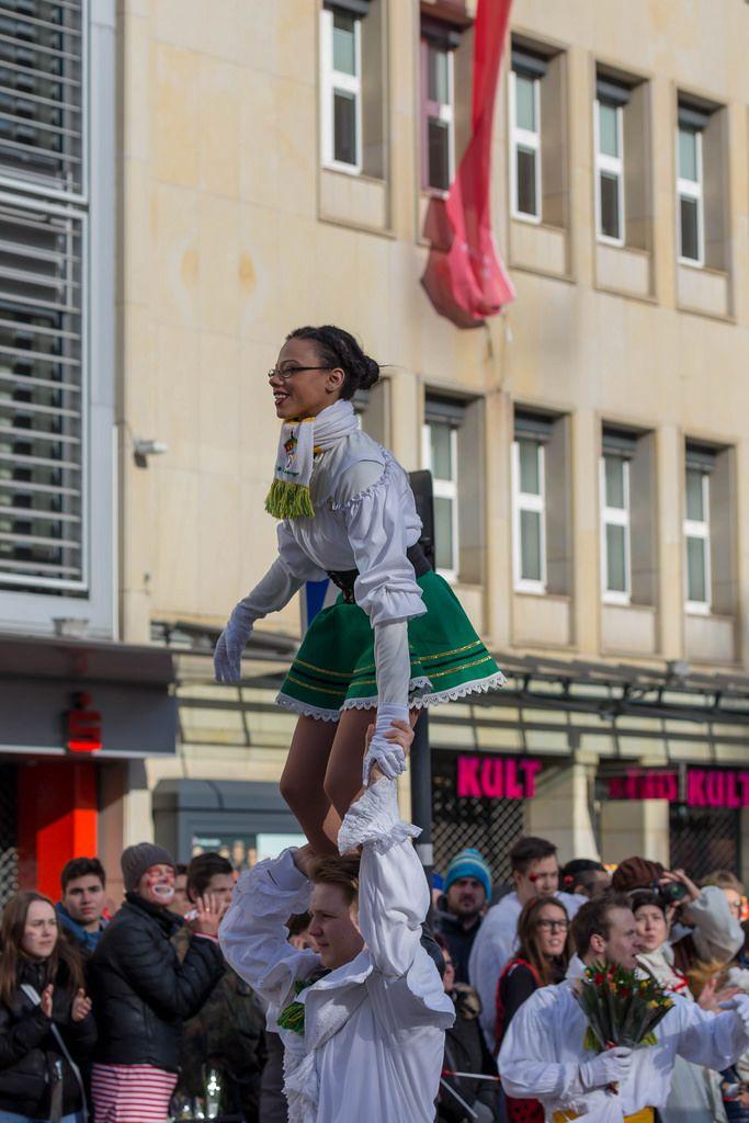 Mädchen steht auf den Schultern eines Jungen - Kölner Karneval 2018