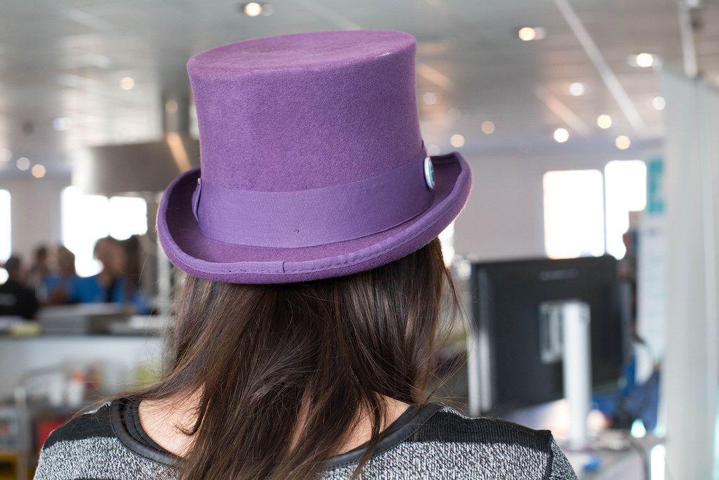 Mädchen trägt einen violettfarbenen Zylinderhut
