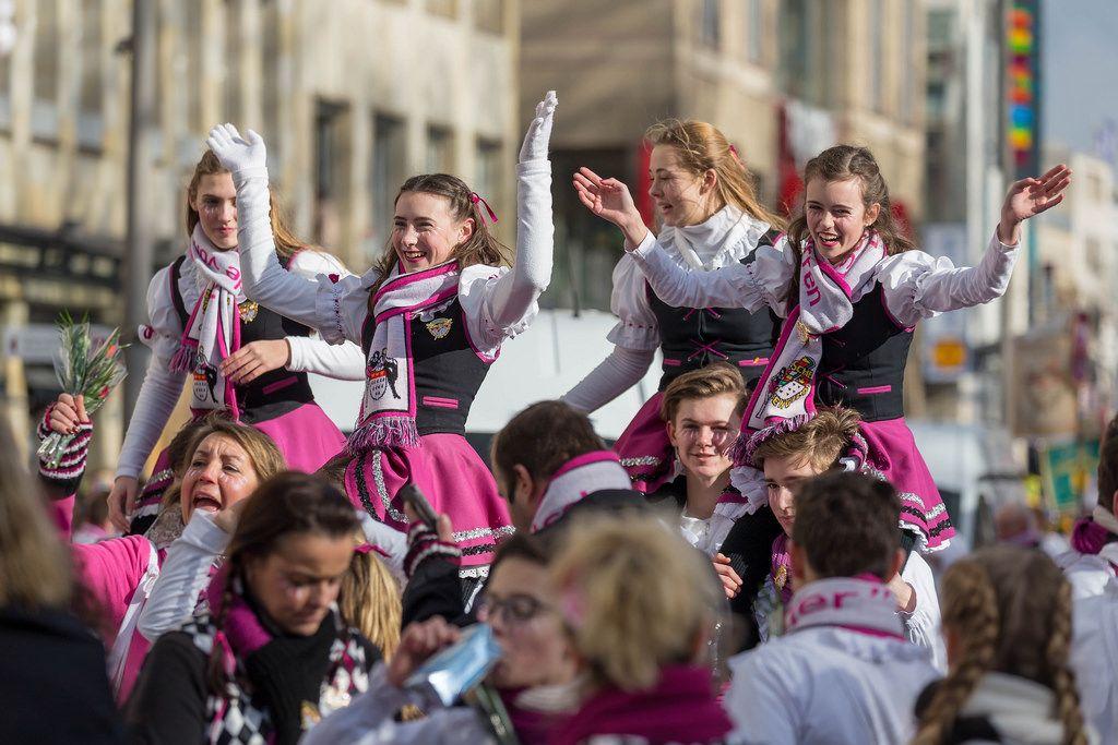 Mädchen von der Kölschen Narrengilde beim Rosenmontagszug - Kölner Karneval 2018