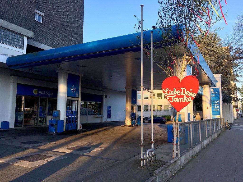 Maibaum vor ARAL-Tankstelle