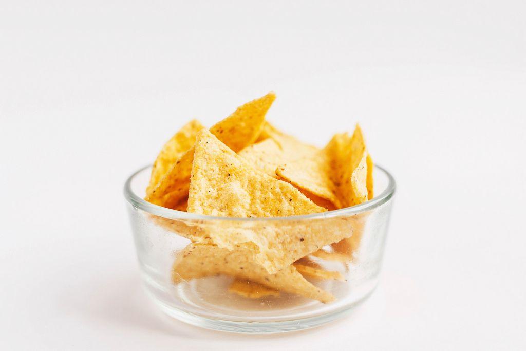 Mais-Chips vor weißem Hintergrund, Nahaufnahme