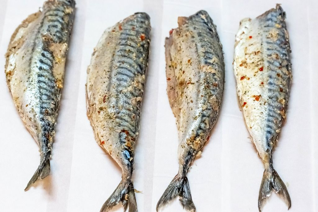 Makrelen mit Gewürzen und Zitronensaft