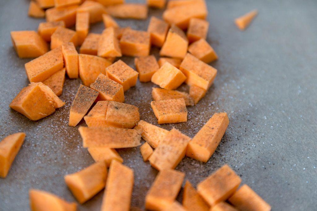 Makroaufnahme von Süßkartoffelwürfeln mit Zimt und Zucker