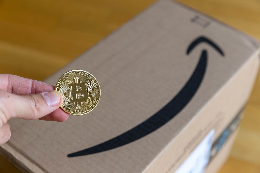 man kann bei amazon schon mit bitcoin bezahlen hand h lt. Black Bedroom Furniture Sets. Home Design Ideas