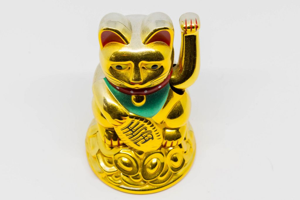 Manekineko (waving cat)