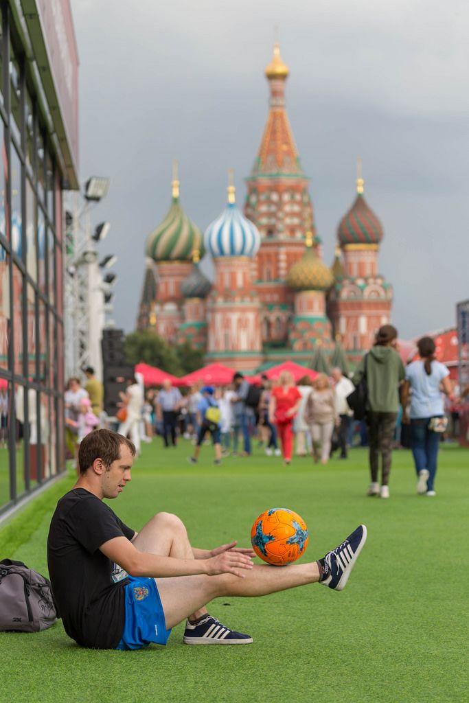 Mann balanciert einen Fußball auf seinem Bein