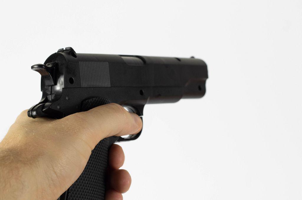 Mann bewaffnet mit einer Faustfeuerwaffe