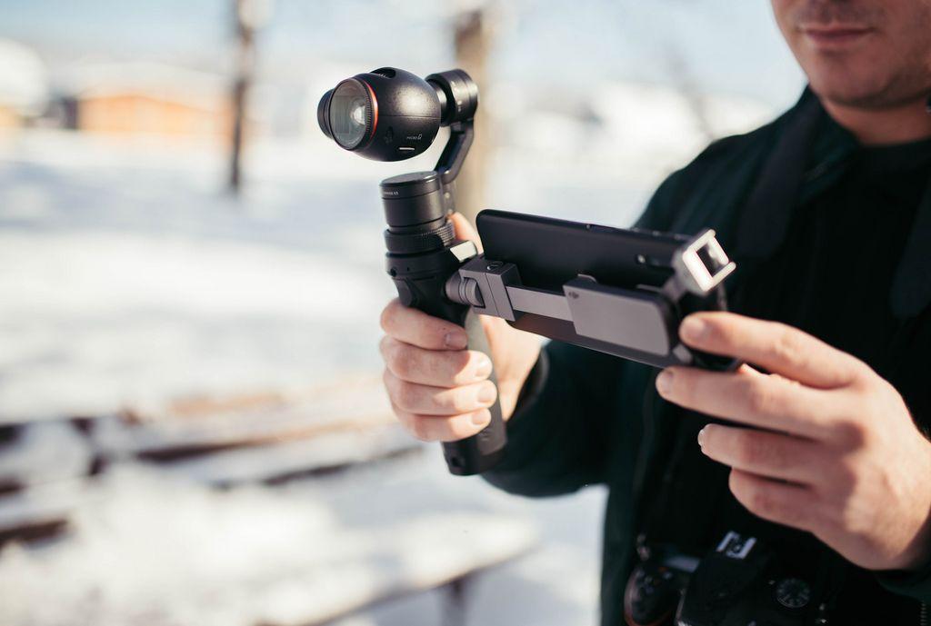 Mann, der Video mit DJI Osmo Gimbal schießt