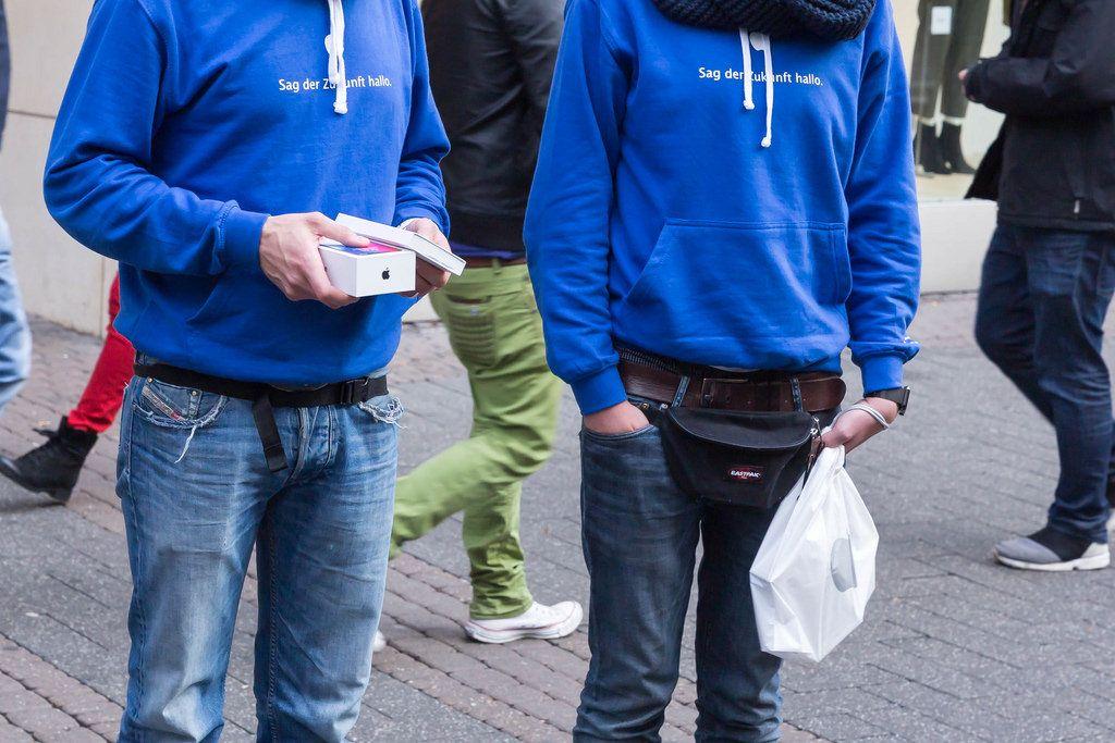 Mann hält eine iPhone X Box in der Hand