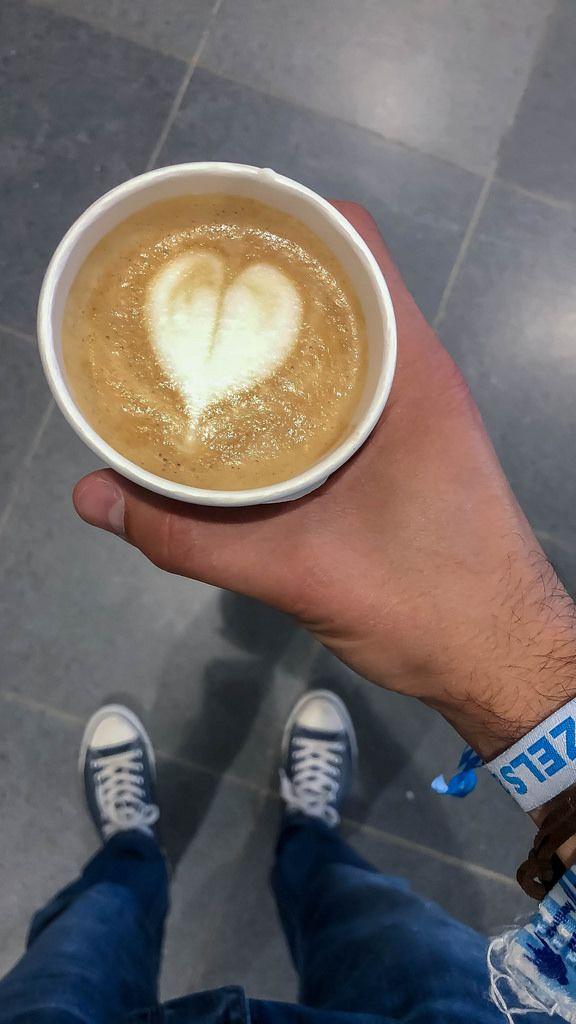 Mann hält einen Kaffee mit Schaum in Herzform