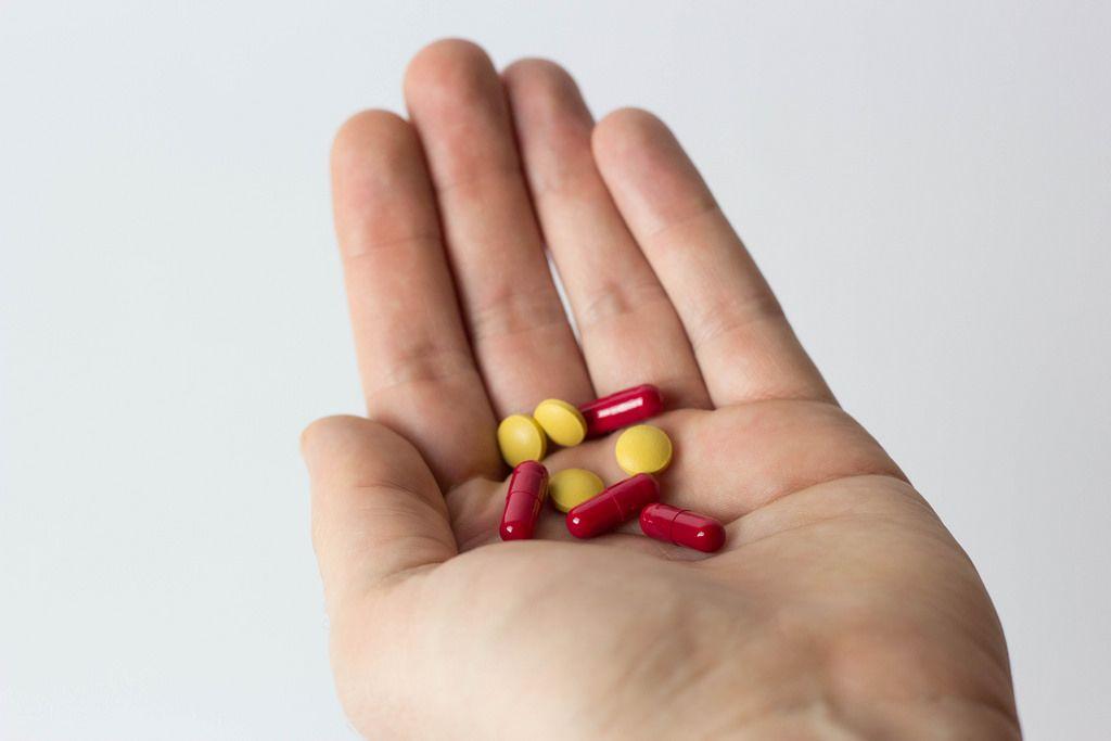 Mann hält Tabletten in seiner Hand