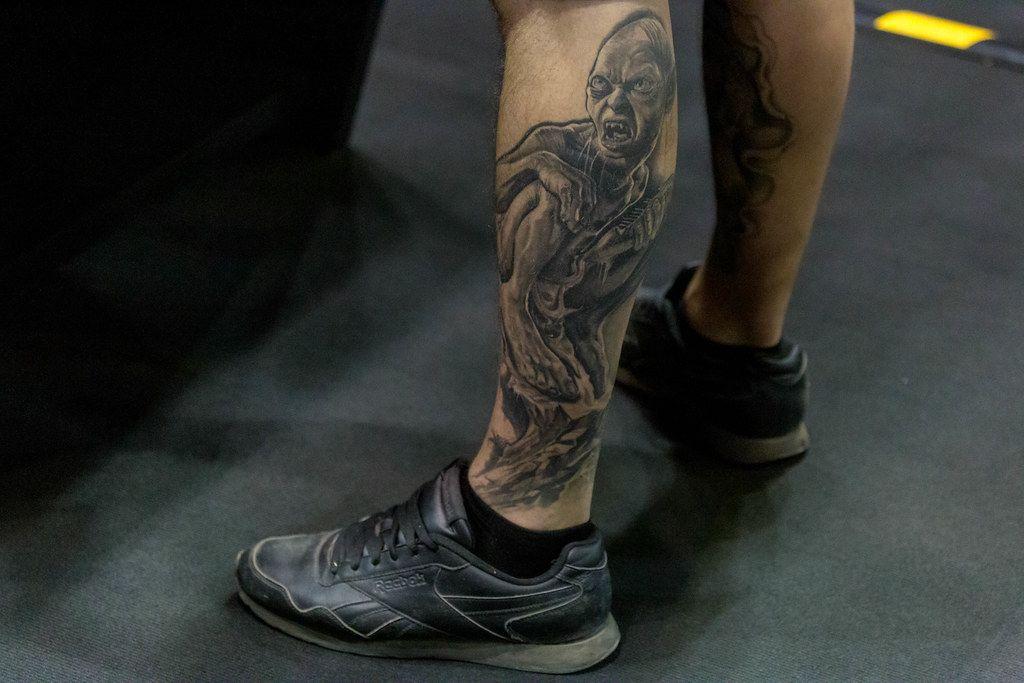 Mann mit einem Gollum (Smeagol) - Herr der Ringe - Tattoo auf der Wade