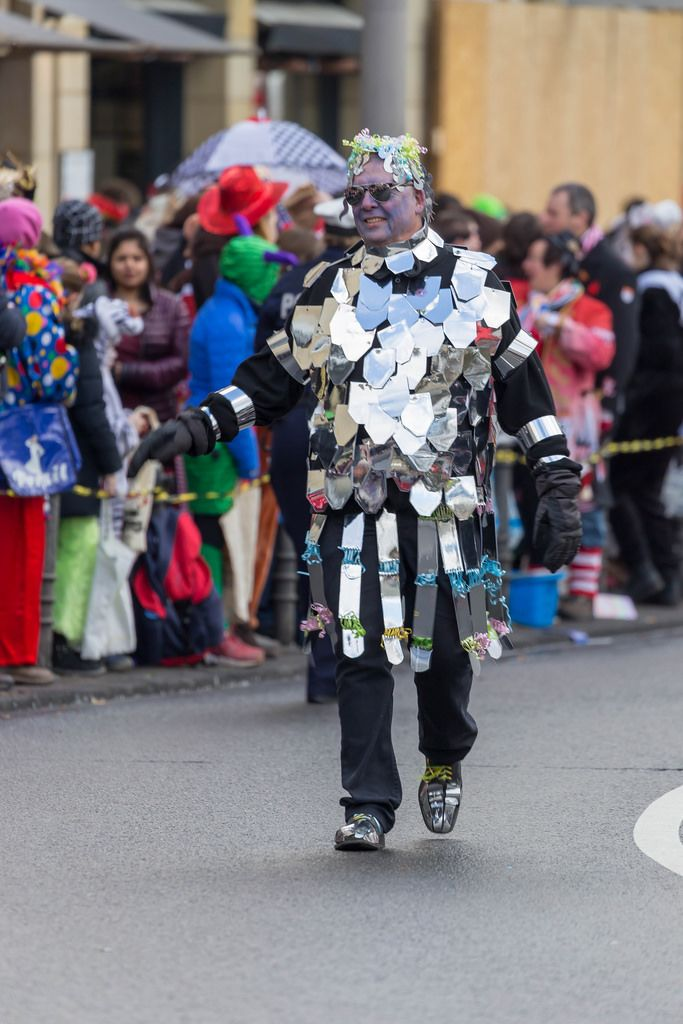 Mann mit improvisierter Ritterrüstung beim Rosenmontagszug - Kölner Karneval 2018