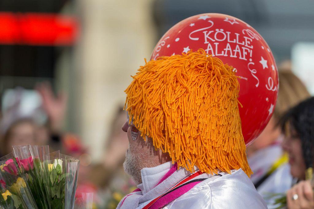 Mann mit orangefarbener Perücke und rotem Kölle Alaaf Ballon - Kölner Karneval 2018