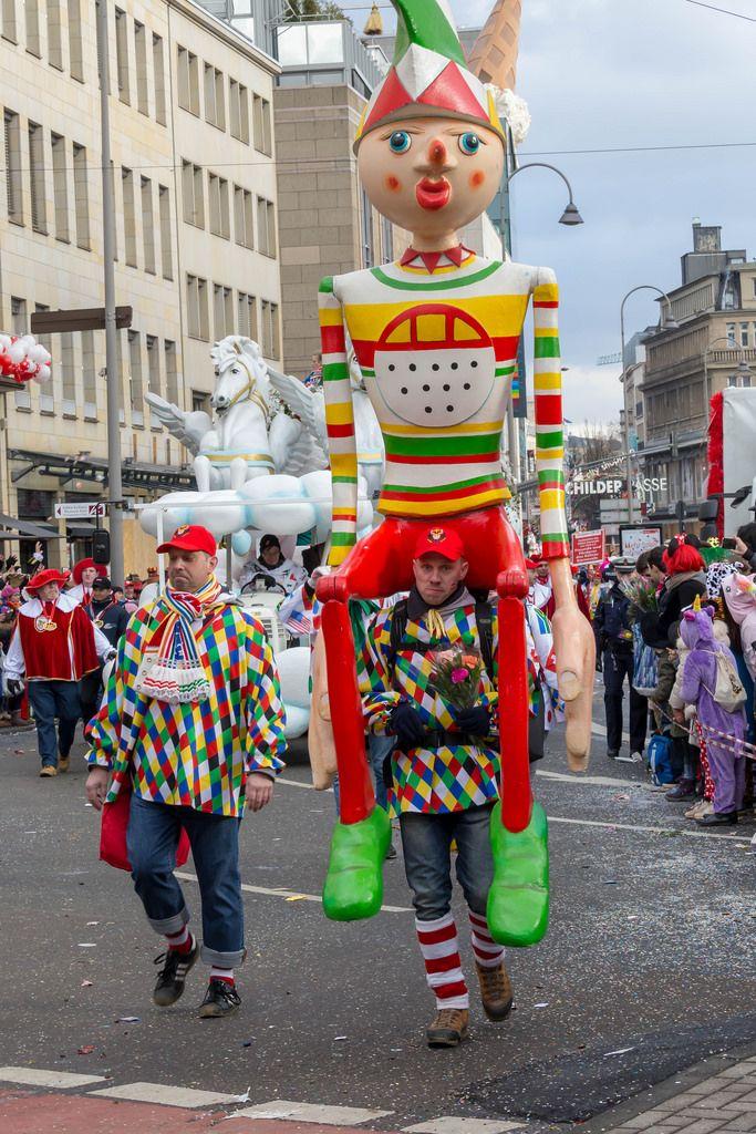 Mann mit riesiger, bunter Holzpuppe auf den Schultern - Kölner Karneval 2018