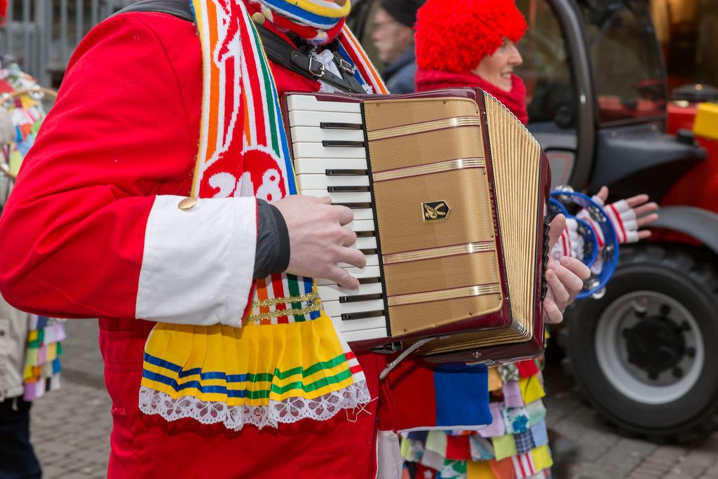 Mann spielt Akkordeon - Kölner Karneval 2018