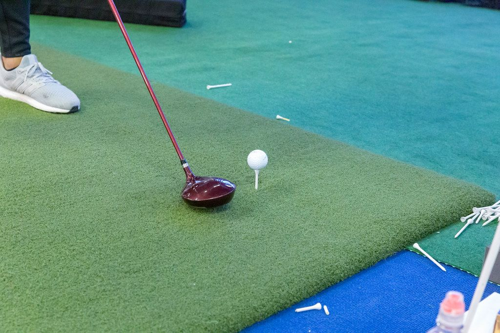 Mann spielt Golf auf einem Mini-Golfplatz auf dem Fibo Köln