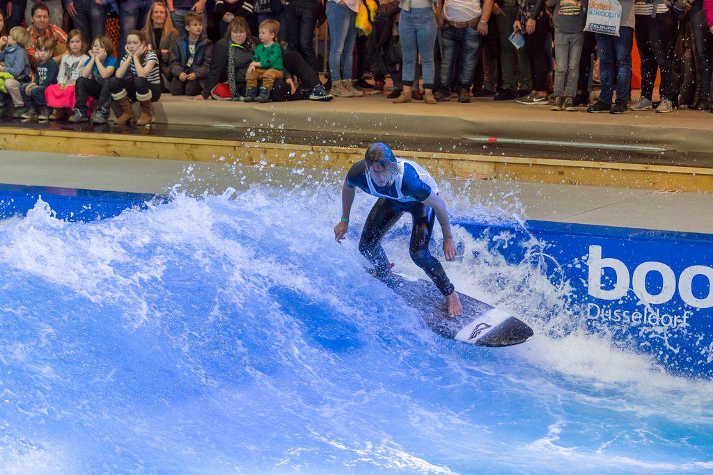 Mann surft im Surfpool von Citywave bei der Boot Düsseldorf 2018