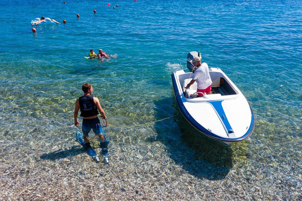 Männer bereiten sich auf die Sportart Wasserski im Argolischen Golf vor