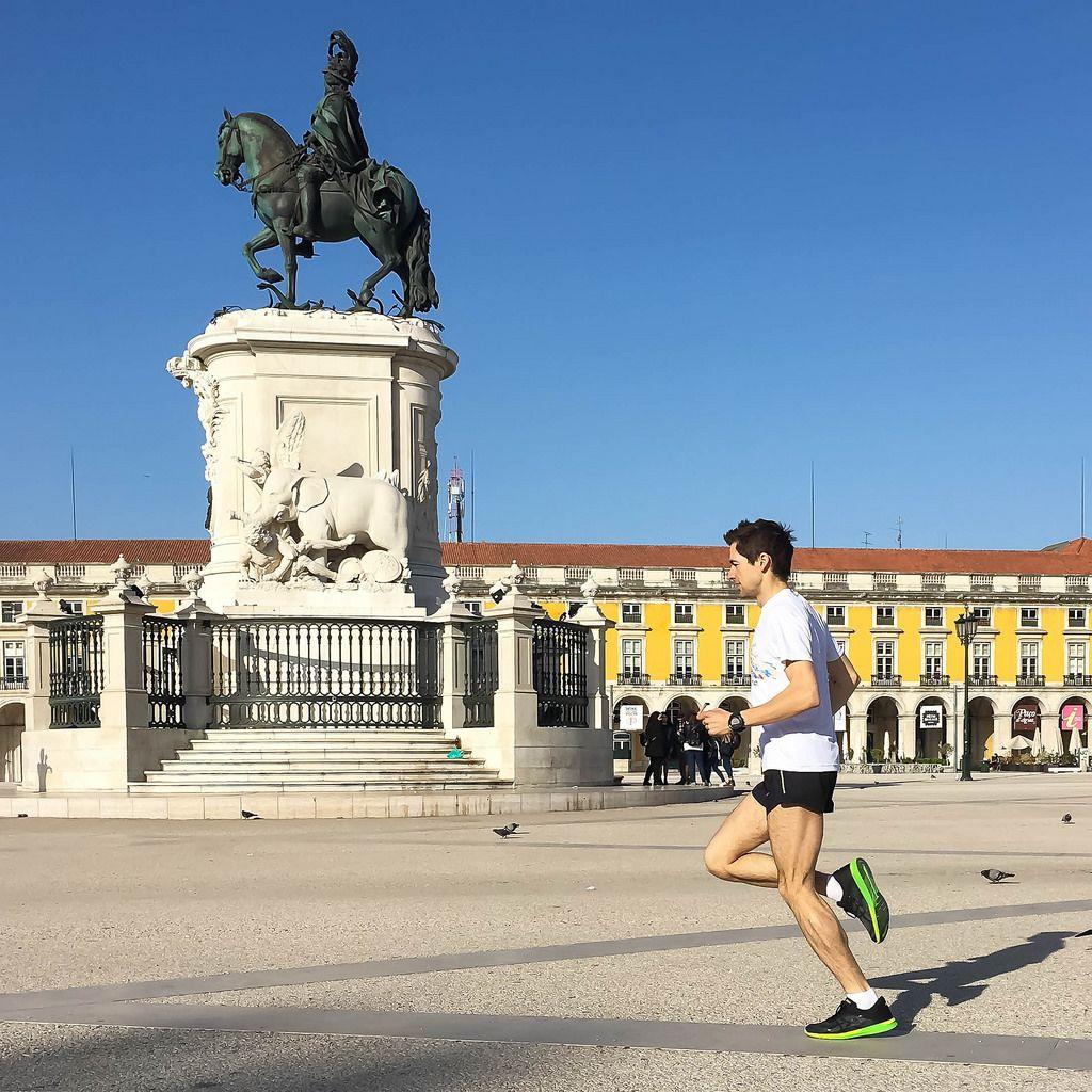 Männlicher Läufer auf Praça do Comércio