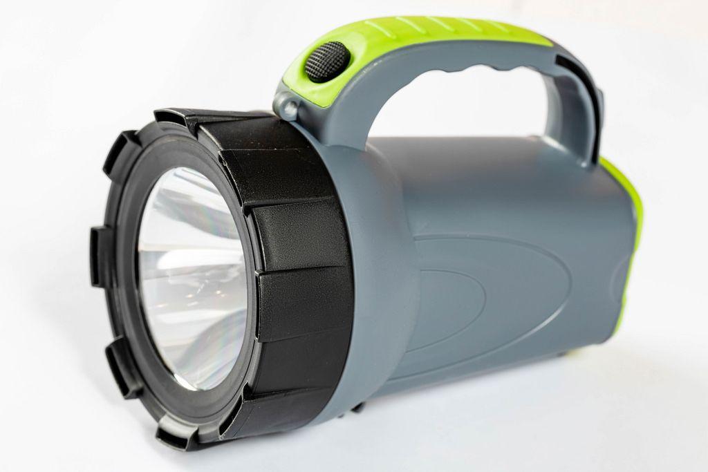 Manual large LED flashlight