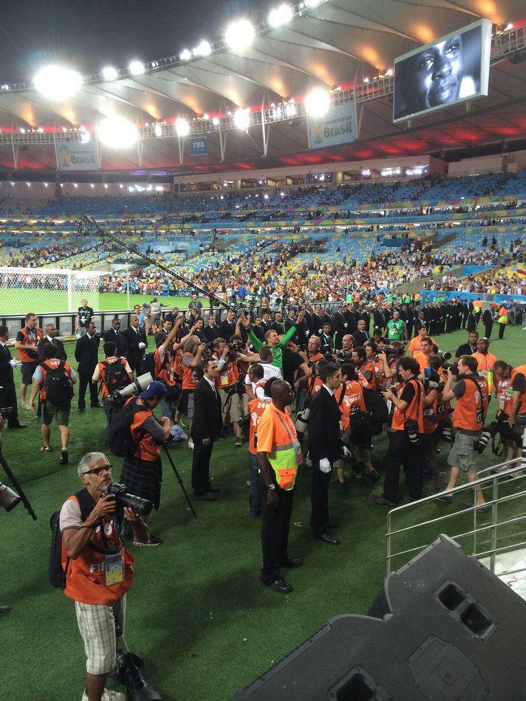 Manuel Neuer inmitten einer Fotografen-Menge - Fußball-WM 2014, Brasilien