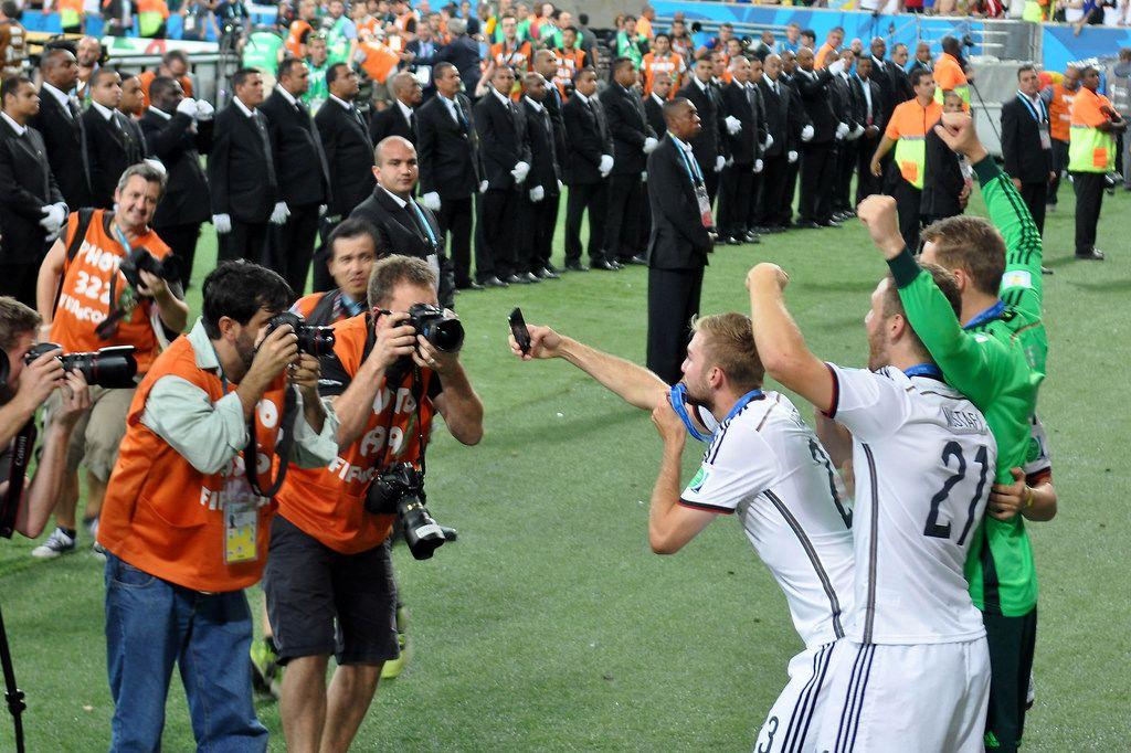 Manuel Neuer, Shkodran Mustafi und Marco Reus beim Selfie-Schießen - Fußball-WM 2014, Brasilien