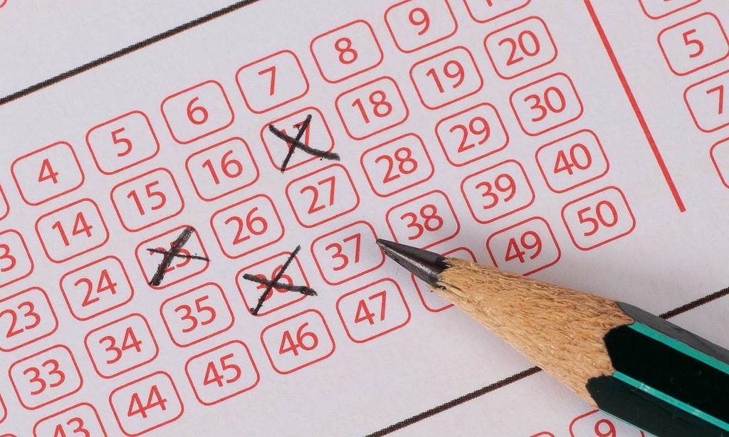 Markierte Nummern auf einem Lotterieschein