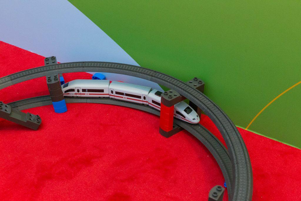 Märklin Startup Modellbahn fährt auf der Schiene