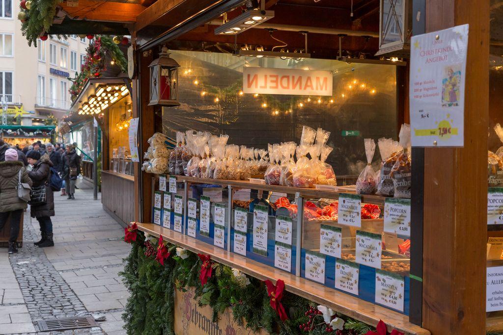 Marktstand verkauft weihnachtliche Leckereien wie gebrannte Mandeln und Magenbrot