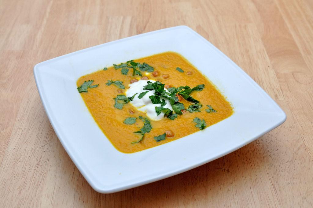 Marokkanische Karottensuppe mit gerösteten Kichererbsen