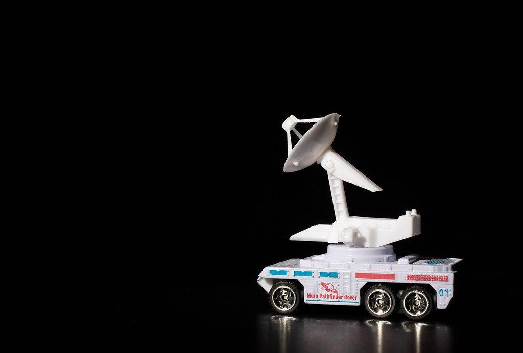Mars-Rover Pionier vor schwarzem Hintergrund