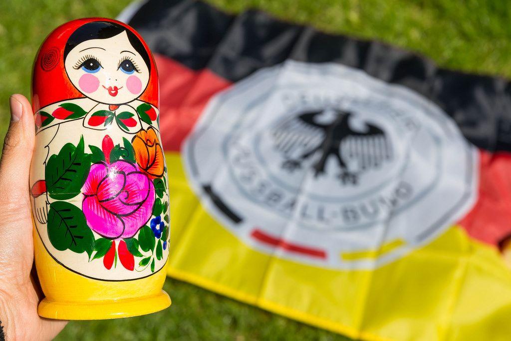 Matrjoschka und Deutschland-Fahne