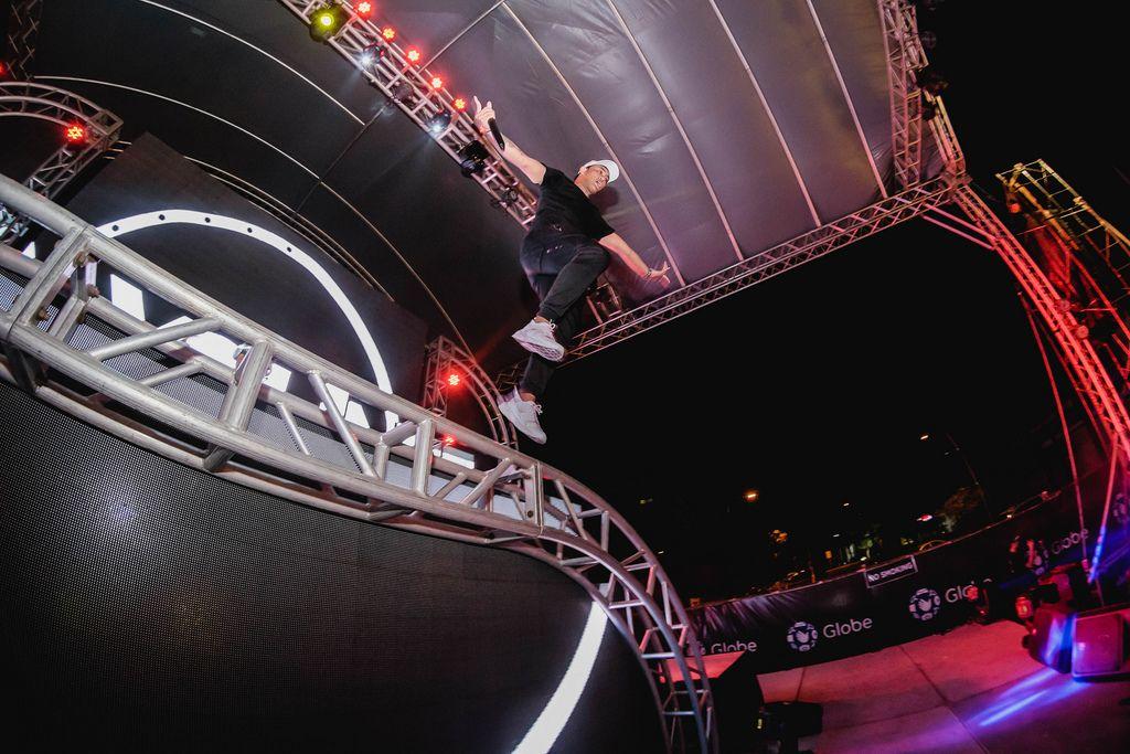 MC Bien springt von der Bühne an Dinagyang Music Festival auf den Philippinen