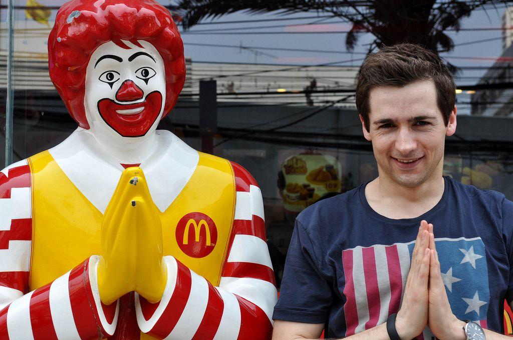 McDonald's Clown und ich mit zusammengelegten Händen